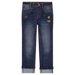 Jeans met used en crinkle effect met opgestikte badges