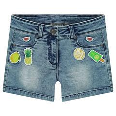 Jeansshort met used en crinkle effect met opgestikte badges