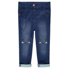 Jeans effet used avec broderies sur les genoux
