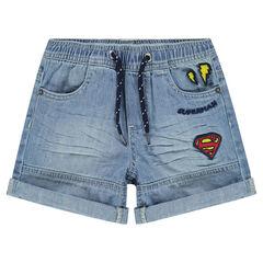 Jeansbermuda met used effect en opgestikte badges ©Warner Superman