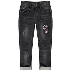 Grijze jeans met used en crinkle-effect met opgestikte badges
