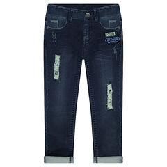 Jeans effet used avec déchirures et badges brodés