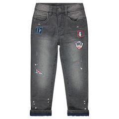 Jeans met used effect, voering van microfleece, verfvlekken en badges
