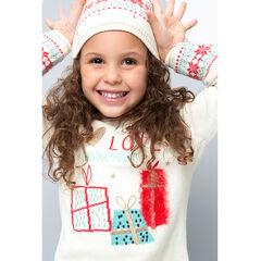 Tricottrui in kerststijl met cadeautjes en geborduurde boodschap