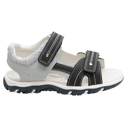 Sandalen uit twee materialen met klittenband en contrasterende zool