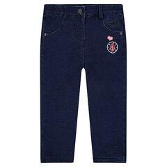 Jeans van molton met used effect en geborduurde badges
