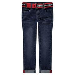 Jean effet used et crinkle avec ceinture rouge imprimée amovible