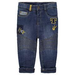 Jeans met used-effect en voering van jerseystof, met opgestikte badges en borduurwerk
