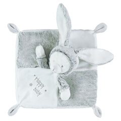 Plat konijnenknuffeltje van sherpastof met geborduurde opschriften