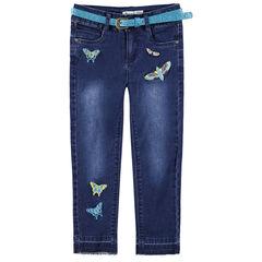 Jeans met used en crinkle-effect met geborduurde vlinders en riem met pailletjes