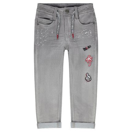 Jeans met used effect, print met vlekken en opgestikte badges