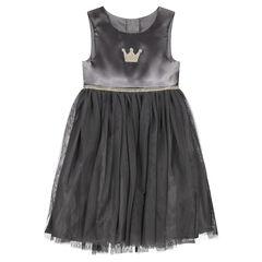 Grijze mouwloze jurk uit twee materialen, met geborduurd kroontje en goudkleurig biesje